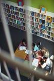 Estudantes atentos que estudam na biblioteca Imagem de Stock Royalty Free