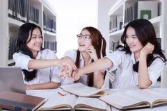 Estudantes bonitos da High School que juntam-se às mãos junto Imagem de Stock Royalty Free