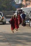 Estudantes budistas que retornam ao monastério Fotos de Stock
