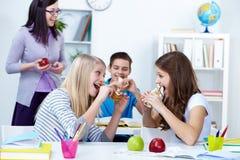 Estudantes com fome Imagens de Stock