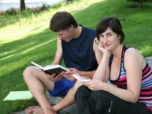 Estudantes com livros de texto Imagens de Stock