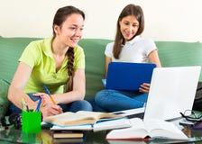 Estudantes com os portáteis que fazem trabalhos de casa Fotografia de Stock