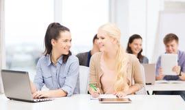 Estudantes com portátil, PC da tabuleta e cadernos Fotografia de Stock Royalty Free