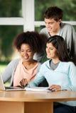 Estudantes com portátil que estudam na mesa na sala de aula fotos de stock