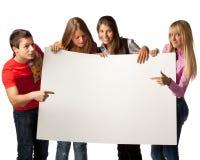 Estudantes com sinal em branco Fotos de Stock
