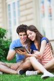 Estudantes com tabuleta digital Imagem de Stock Royalty Free