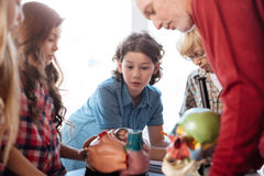 Estudantes cometidos focalizados que escutam atentamente Fotografia de Stock