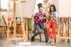 Estudantes criativos durante a ruptura na universidade imagem de stock royalty free