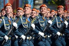 Estudantes da academia da defesa civil EMERCOM de Rússia para o ensaio de vestido de parada no quadrado vermelho em honra de Vict Imagens de Stock