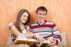 Estudantes da alegria com livros em casa Fotografia de Stock Royalty Free