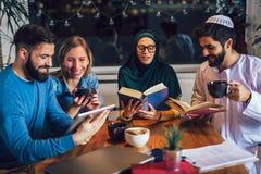 Estudantes da aprendizagem étnica diversa em casa Aprendendo e preparando-se para o exame da universidade, foco seletivo foto de stock