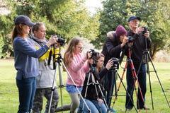 Estudantes da classe da fotografia que aprendem Fotos de Stock Royalty Free