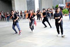Estudantes da dança politécnica da república de Singapura afastado em Marina Barrage em Singapura imagem de stock