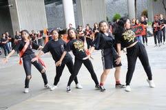 Estudantes da dança politécnica da república de Singapura afastado em Marina Barrage em Singapura imagens de stock