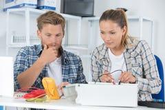Estudantes da engenharia que trabalham no laboratório fotografia de stock royalty free