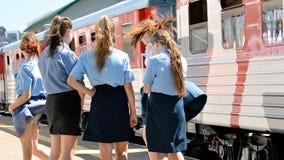 Estudantes da faculdade railway no papel de um condutor que trabalha na estrada de ferro do ` s das crianças Foto de Stock Royalty Free
