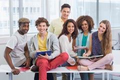 Estudantes da forma que leem suas notas Foto de Stock Royalty Free