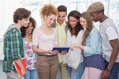 Estudantes da forma que usam a tabuleta junto Imagens de Stock