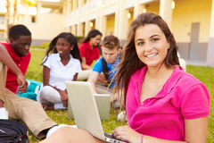 Estudantes da High School que estudam fora no terreno Imagem de Stock