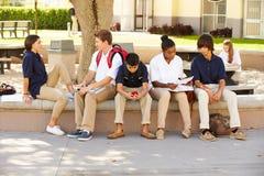 Estudantes da High School que penduram para fora no terreno da escola foto de stock