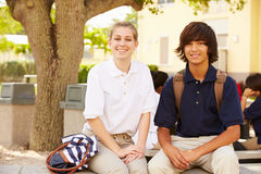 Estudantes da High School que vestem uniformes no terreno da escola imagem de stock