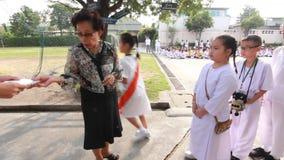 Estudantes da recompensa dos professores na escola primária Escola de Pieamsuwan, Banguecoque Tailândia filme
