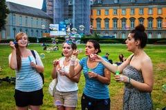 Estudantes da universidade em bolhas do sopro de Bona Imagem de Stock Royalty Free