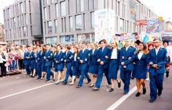 Estudantes das instalações militares na procissão do carnaval em honra da celebração do dia da cidade foto de stock