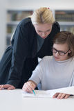 Estudantes de ajuda do professor fêmea na classe Fotografia de Stock