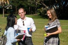 Estudantes de conversa Foto de Stock Royalty Free