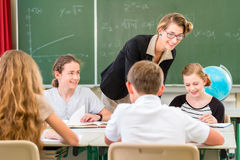 Estudantes de ensino do professor lições da geografia na escola Fotografia de Stock