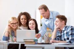 Estudantes de explicação do professor na sala de aula Fotos de Stock Royalty Free