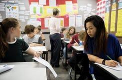 Estudantes de mulheres que enganam o exame Imagem de Stock