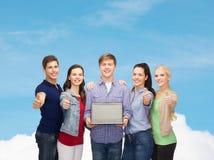 Estudantes de sorriso com laptop Imagens de Stock Royalty Free