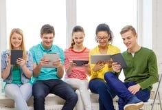Estudantes de sorriso com o computador do PC da tabuleta Fotos de Stock Royalty Free
