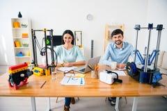 Estudantes de sorriso consideráveis que usam a impressora 3d Fotografia de Stock