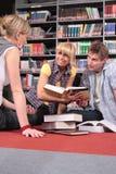 estudantes de trabalho na biblioteca Fotografia de Stock