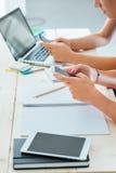 Estudantes do adolescente que usam telefones espertos Imagem de Stock