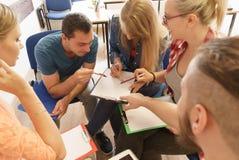 Estudantes do grupo de pessoas que trabalham junto Imagens de Stock