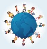 Estudantes dos desenhos animados do adolescente sobre o globo da terra Imagem de Stock