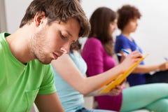 Estudantes durante a leitura Imagens de Stock Royalty Free