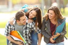 Estudantes e amigos felizes em um terreno fotos de stock