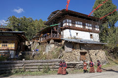 Estudantes e casa butaneses, vila de Chhume, Butão Imagens de Stock Royalty Free