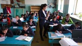 Estudantes e estudantes no exame video estoque