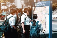 Estudantes e mapa japoneses fotografia de stock