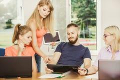 Estudantes e tutor do professor na sala de aula Foto de Stock