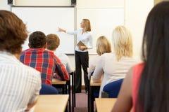 Estudantes e tutor na classe fotografia de stock