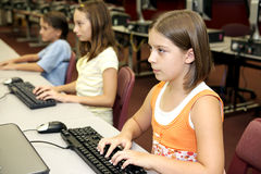 Estudantes em computadores foto de stock royalty free