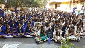 Estudantes em um conjunto da escola na manhã Imagem de Stock