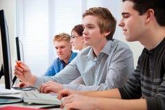 Estudantes em uma sala de aula do computador Fotografia de Stock